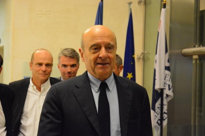 Alain Juppé arrive à l'AFD au colloque organisé par ACIDD – Crédit photo : Stéphanie Petit